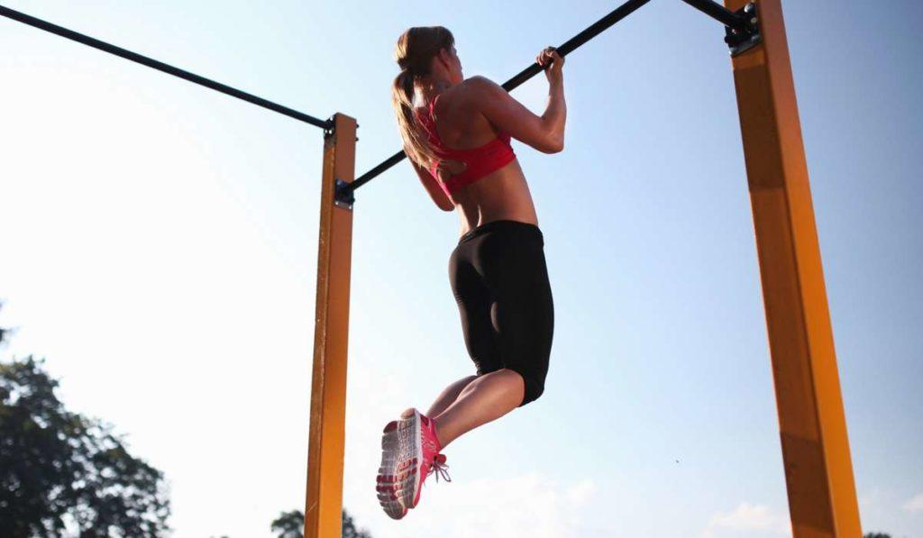 Как научиться подтягиваться девушке?  Советы от фитнес-тренера Алеси Высоцкой.