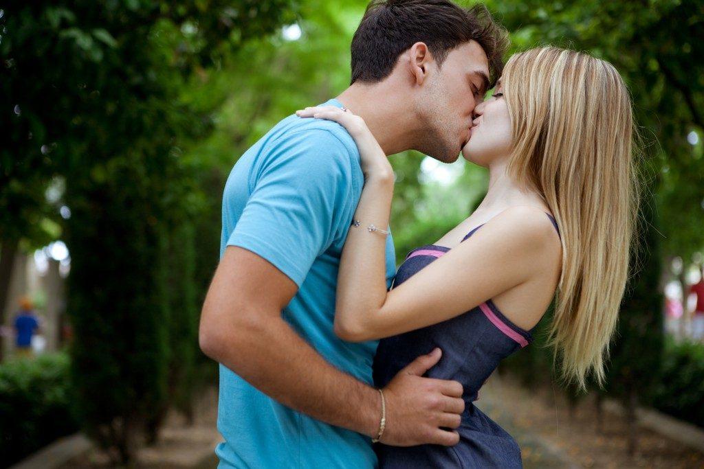 Как научиться целоваться? Советы от блоггеров девушек.